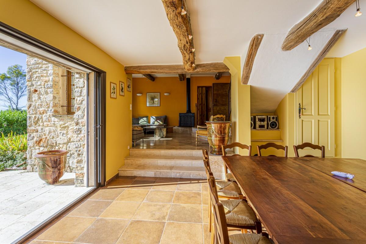 Eetkamer en woonkamer van Villa La Douce Noa