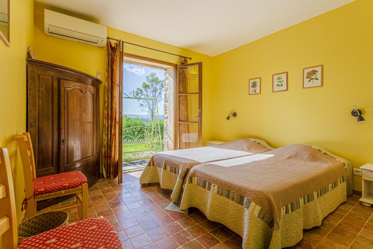 Gele slaapkamer van Villa La Douce Noa