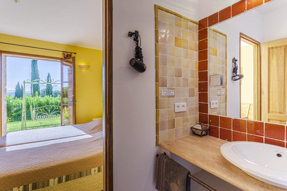 Slaapkamer met badkamer van Villa La Douce Noa