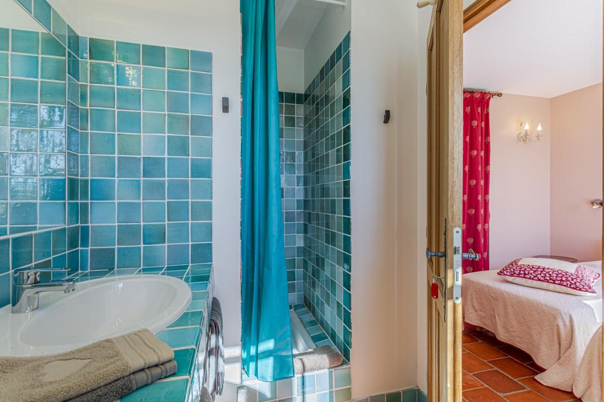 Slaapkamer met badkamer Villa La Douce Noa