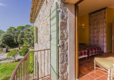 Slaapkamer met balkon van Villa La Douce Noa