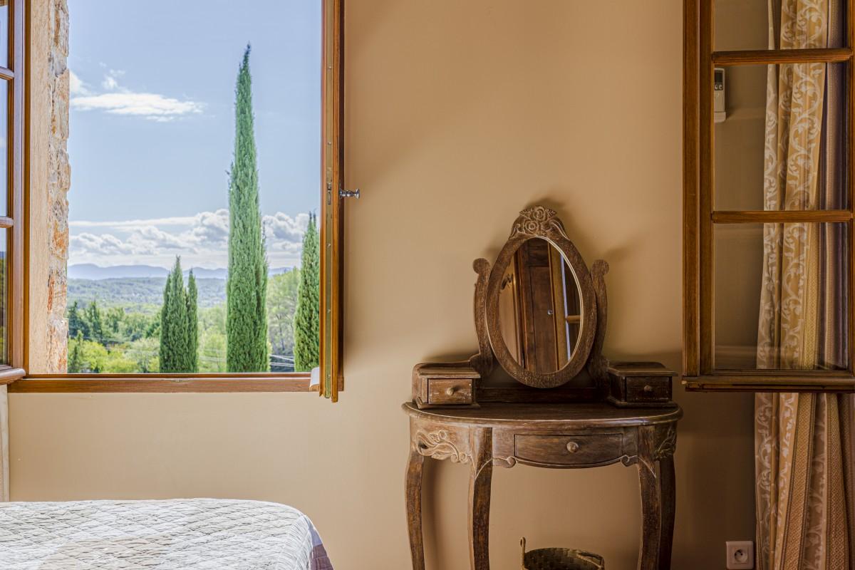 Slaapkamer met uitzicht van Villa La Douce Noa
