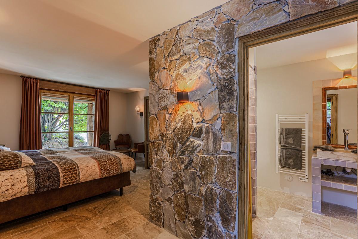 Slaapkamer en badkamer Villa La Douce Vince