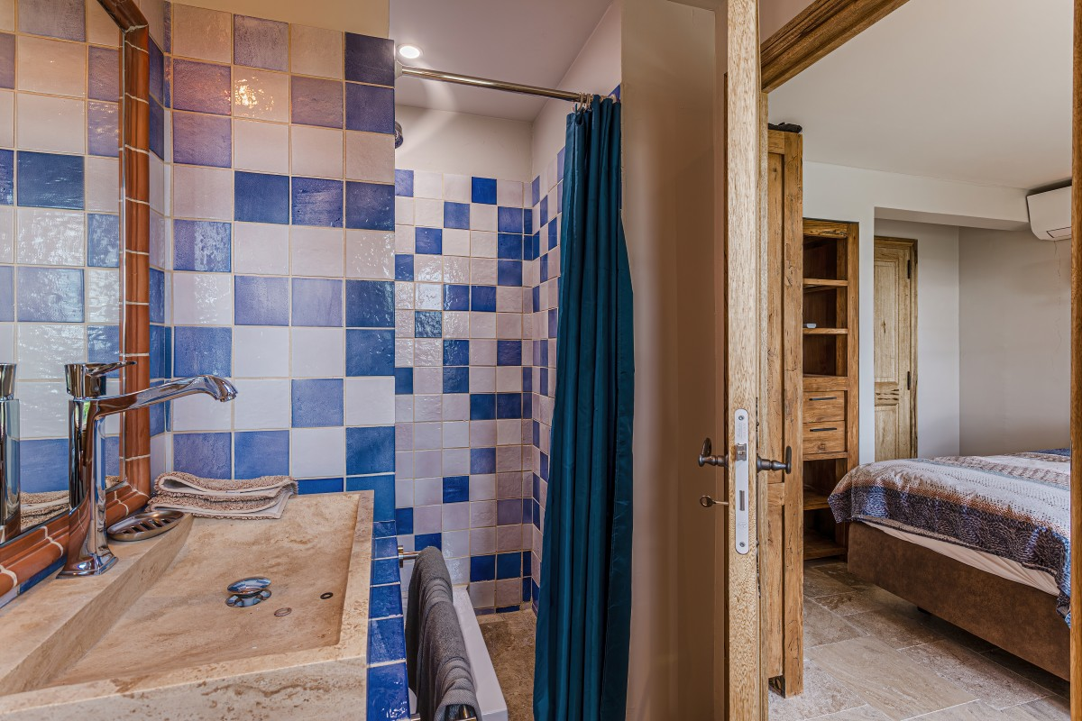 Blauwe badkamer Villa La Douce Vince