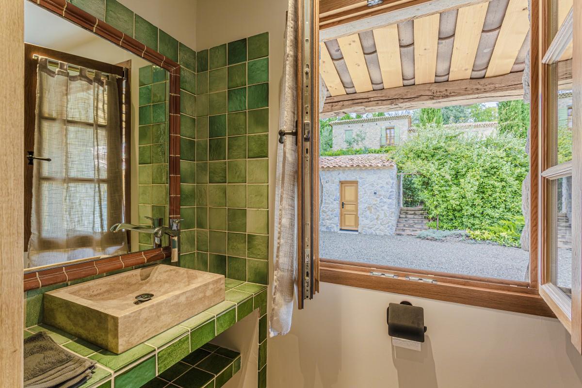 Groene badkamer in Villa La Douce Vince