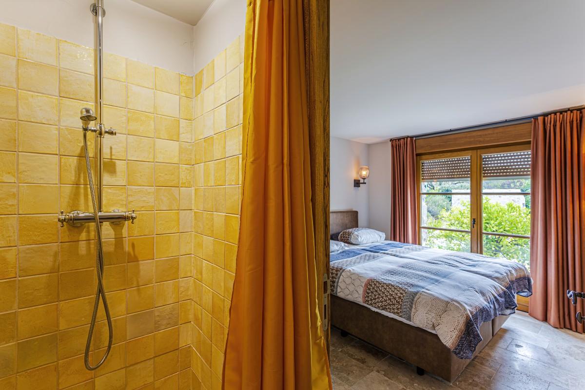 Slaapkamer en douche in Villa La Douce Vince in Lorgues, Provence