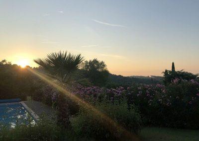 De tuin met zwembad van Villa la Douce Noa Provence